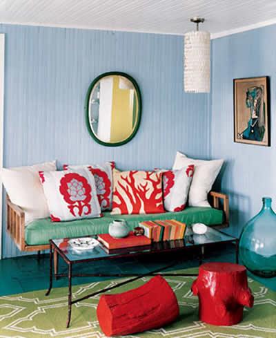 Sofá com almofadas vermelhas