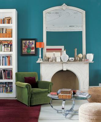 Realçar as mobílias neutras com paredes coloridas
