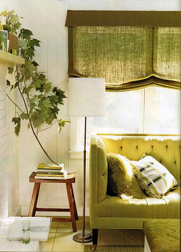 Sofá, almofadas e cortinas verdes