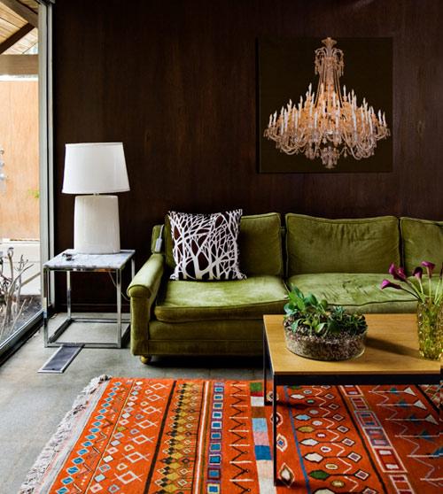 Um confortável sofá verde