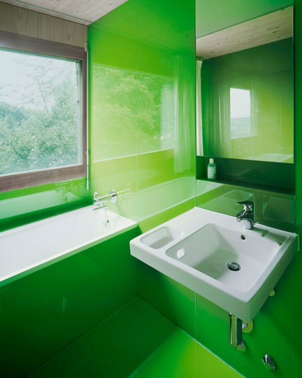 Casa de banho com paredes forradas em vidro verde lima