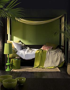 Cama com decoração a verde