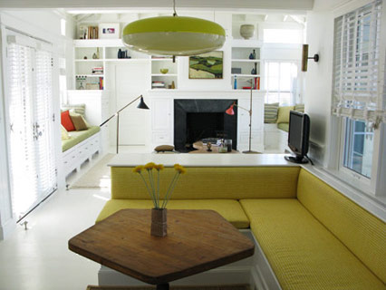 Sala branca com sofá e candeeiro verde