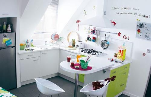 Cozinha branca com armário verde
