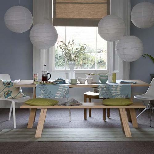 Candeeiros de papel e mesa de madeira