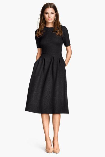 7645a662f ... numa mulher sofisticada, sexy e elegante. Um vestido preto simples (de  preferência com um comprimento pelo joelho) é adequado a qualquer ocasião,  ...